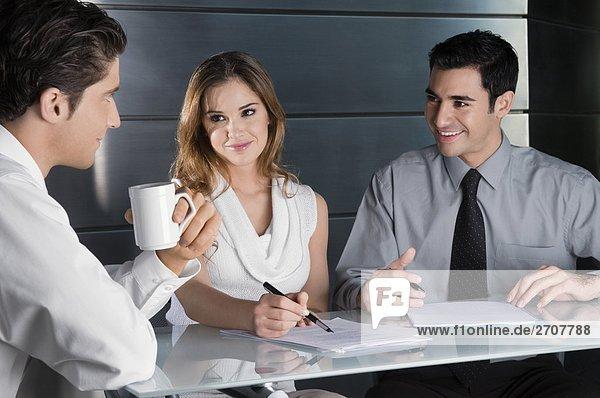 Zwei Geschäftsleute und sprechen in einem Büro geschäftsfrau