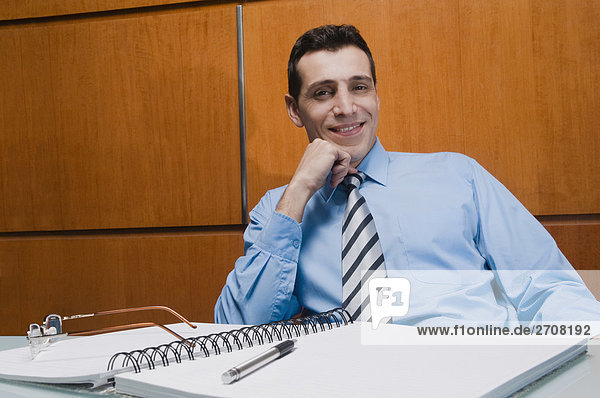 sitzend Portrait Geschäftsmann lächeln Büro