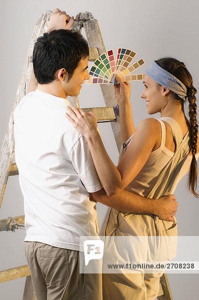 Rückansicht des Farbfeld eine junge Frau  Ergebnis um ein junger Mann