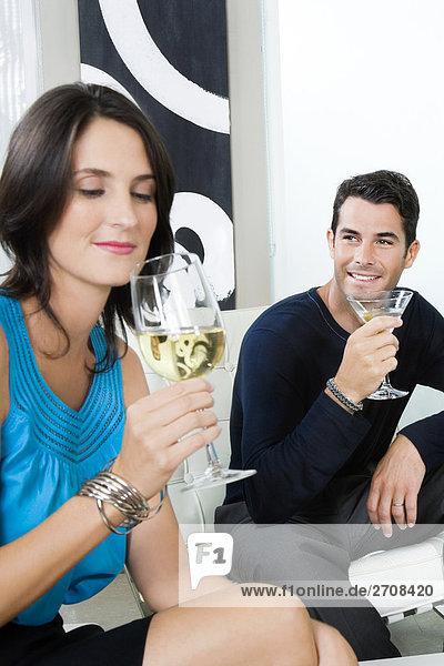 Mitte adult paar zusammensitzen und Trinken Wein und cocktail
