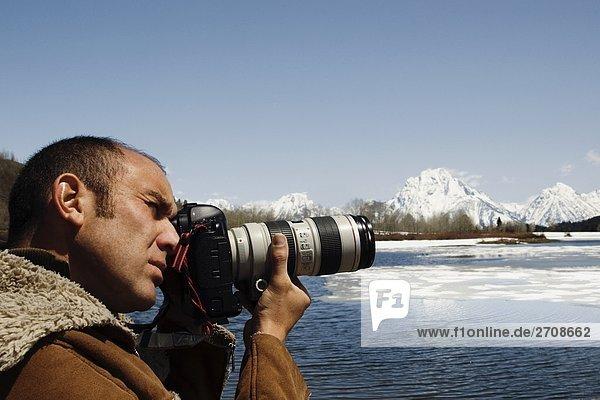 Mitte Erwachsenen Mann Fotografieren mit einer Kamera  Grand Teton National Park  Wyoming  USA