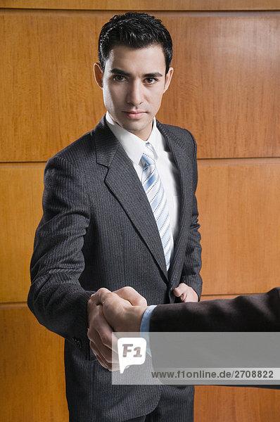 Portrait Geschäftsmann schütteln