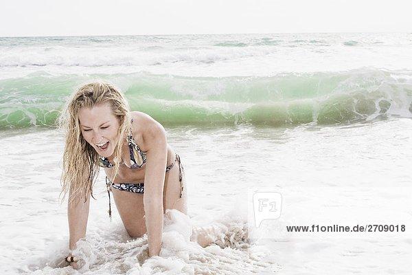 junge Frau junge Frauen Fröhlichkeit Strand