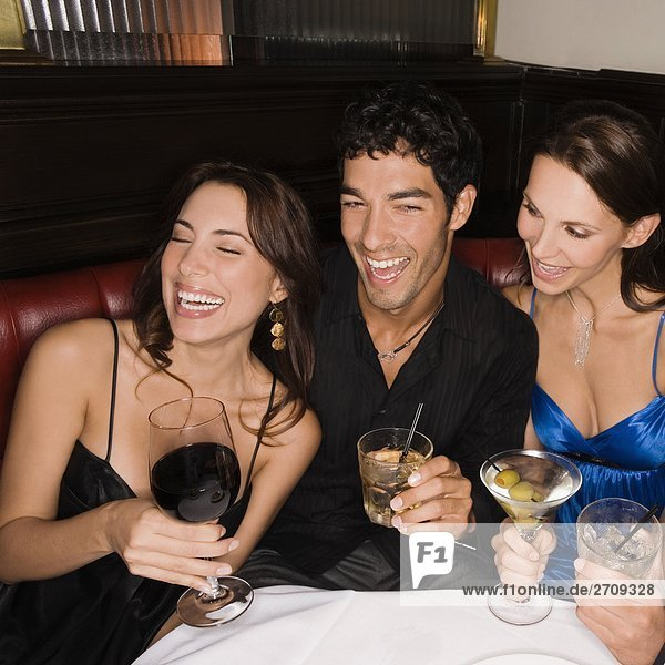 sitzend Freundschaft lächeln 3 Tisch