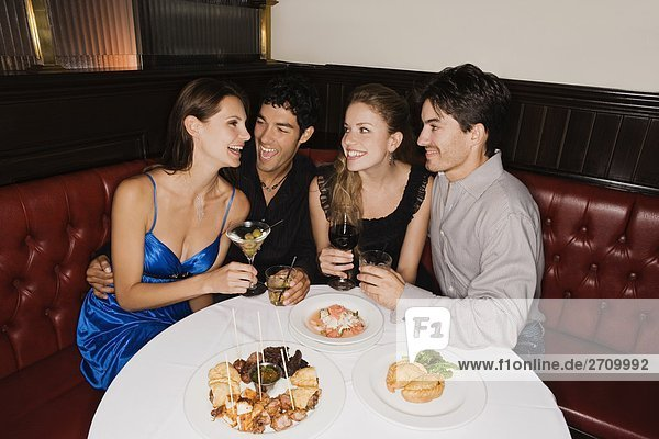sitzend lächeln Restaurant 2 jung Tisch