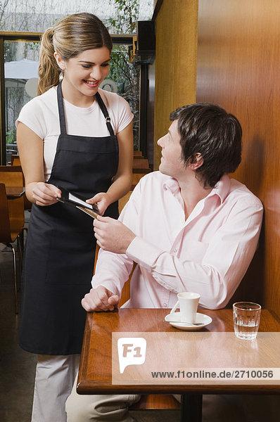 Kunden  die Zahlung seiner Rechnung zu einer Kellnerin