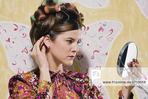 Nahaufnahme einer jungen Frau ihr Haar anpassen