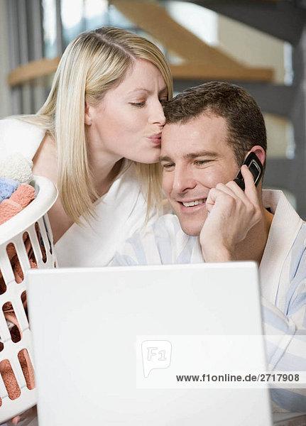 Ein Paar  das zu Hause arbeitet