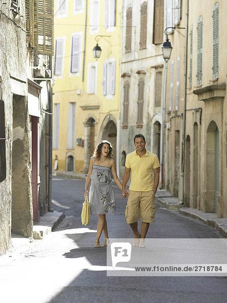 Ein Paar geht die Straße entlang in der Provence.