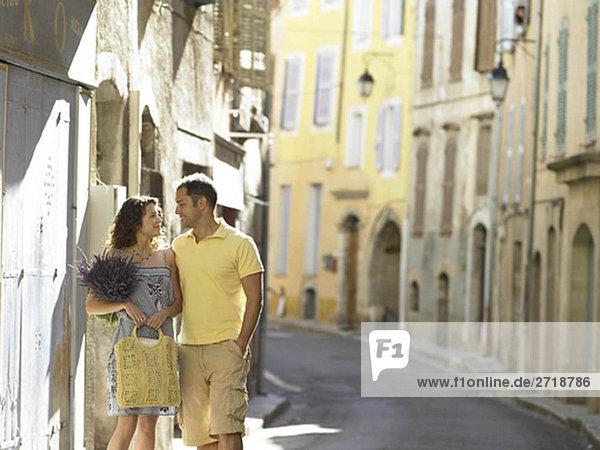 Paar auf der Straße stehend