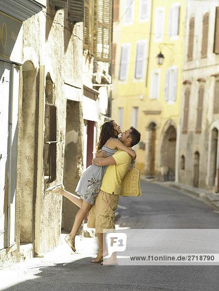 Paarumarmungen auf der Straße