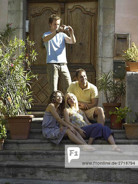 Freunde genießen Sonnenschein auf Schritt und Tritt