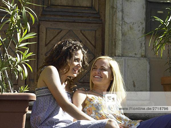 Mädchen lachen bei Sonnenschein