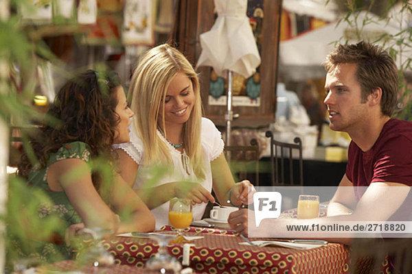 Freunde im französischen Marktcafé
