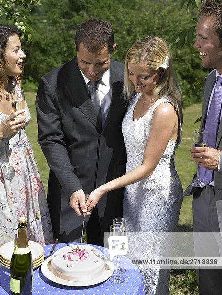 Hochzeitspaar Schneidetorte