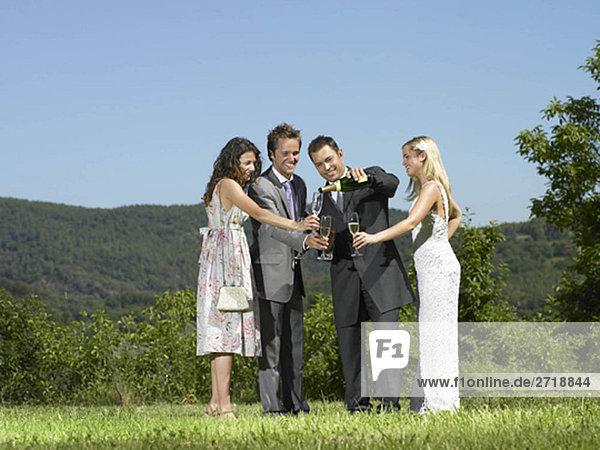 Hochzeitsfeier mit Champagnerguss