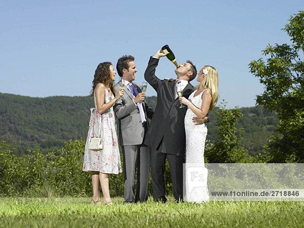 Hochzeitsgruppe trinkt Champagner