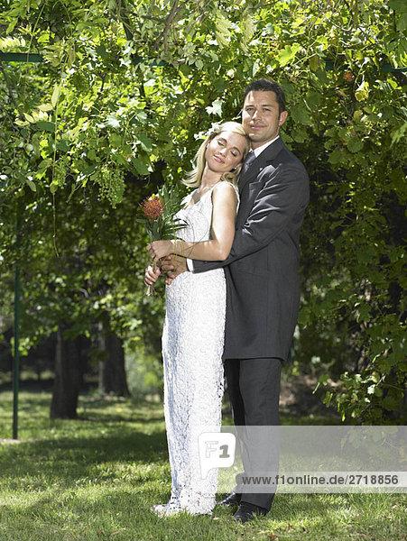 Braut entspannt gegen Bräutigam
