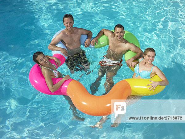Gruppe von Freunden im Pool