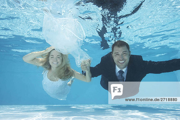 Braut und Bräutigam schwimmend unter Wasser