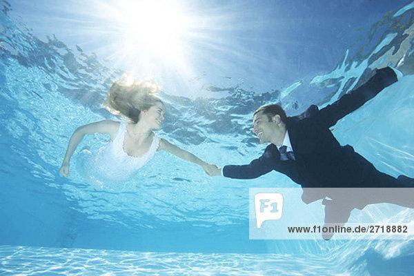 Braut und Bräutigam zusammen im Pool