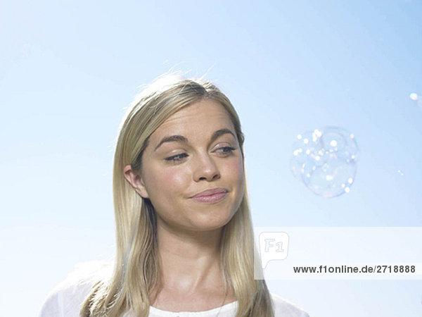 Porträt einer Frau mit Blick auf Blasen