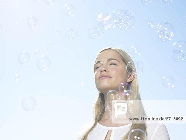 Mädchen in der Sonne mit Blasen
