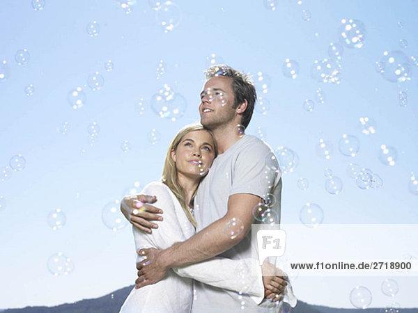 Paar schaut auf Blasen in der Sonne