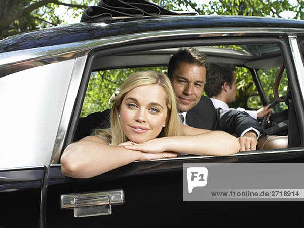 Portrait von Braut und Bräutigam im Auto