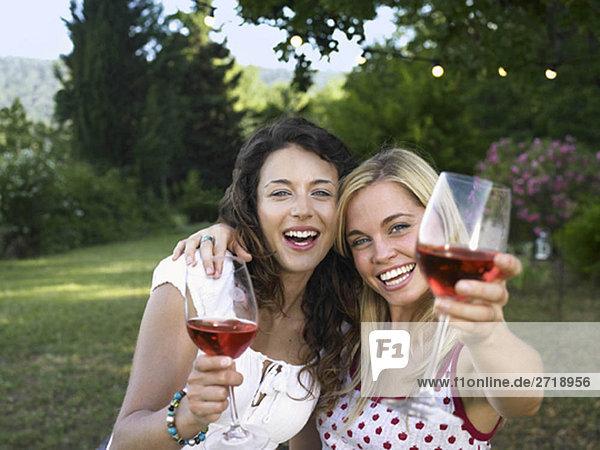 Zwei Frauen feiern