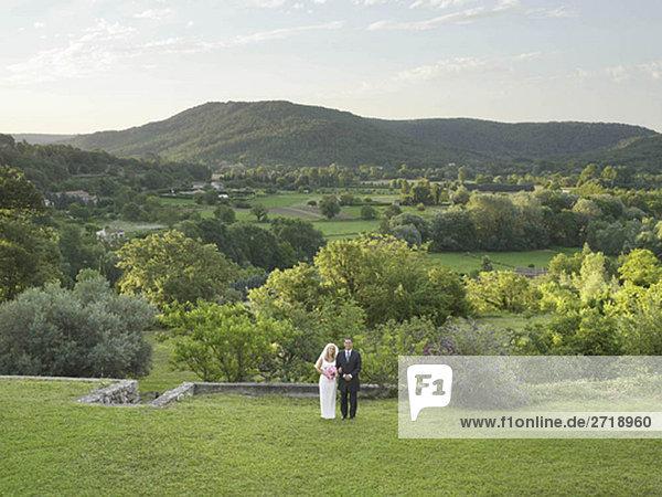 Hochzeitspaar im Garten