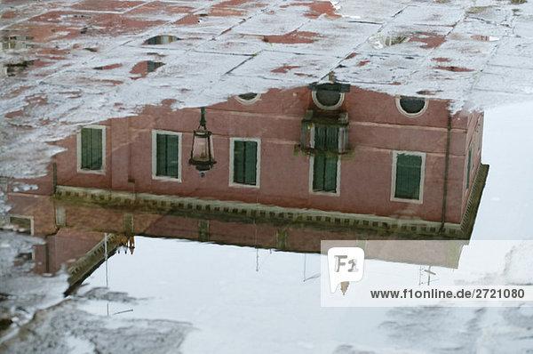 Italien  Venedig  Gebäude  Spiegelungen in einer Pfütze
