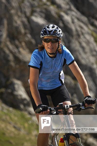 Frau Mountainbiken