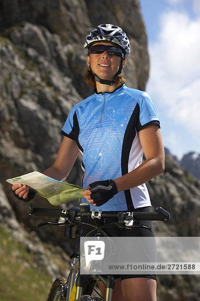Frau mit Mountainbike und Karte