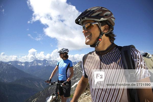 Deutschland  Bayern  Karwendel  Paar mit Mountainbikes