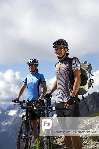 Deutschland  Bayern  Karwendel  Pärchen mit Mountainbikes  Pause machen