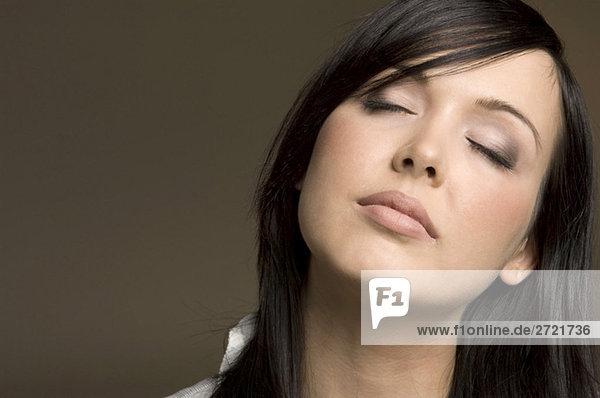 Junge Frau  Augen geschlossen  Portrait  Nahaufnahme
