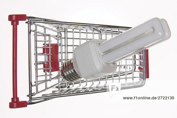Energiesparlampe im Warenkorb  erhöhte Ansicht