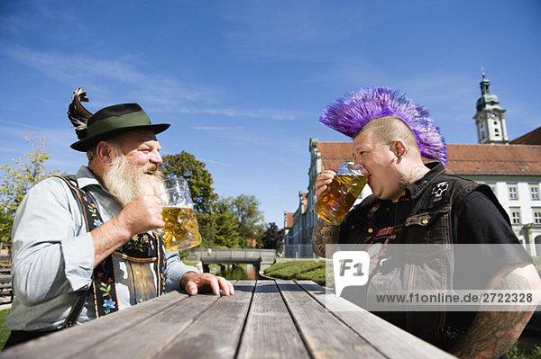 Oberer  Mann mit Irokesenfrisur und n Mann im Biergarten