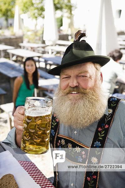 Oberer  Senior im Biergarten mit Bierkrug  Porträt