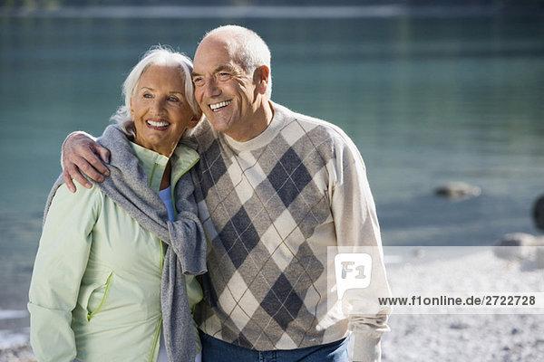 Deutschland  Bayern  Walchensee  Seniorenpaar umarmend  lächelnd