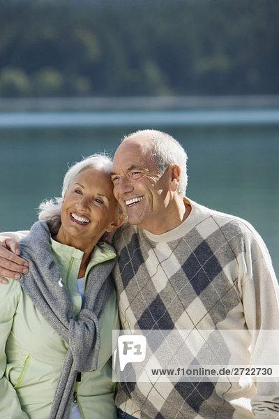 Deutschland  Bayern  Walchensee  Seniorenpaar umarmt