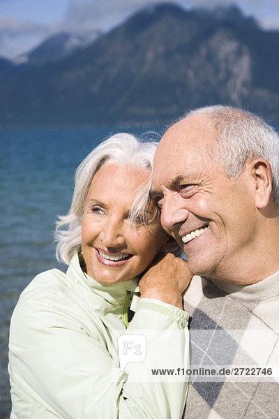 Deutschland  Bayern  Walchensee  Seniorenpaar lächelnd  Portrait