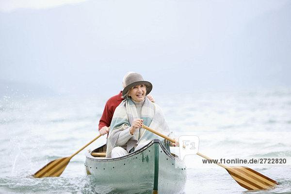 Deutschland  Bayern  Walchensee  Seniorenpaar Ruderboot auf dem See