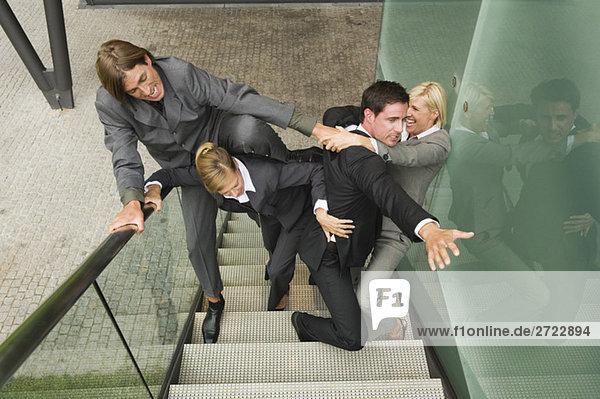 Deutschland  Geschäftsleute kämpfen auf der Treppe  erhöhte Ansicht