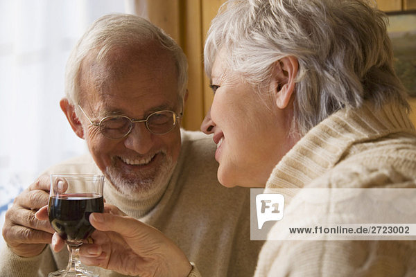 Senior Paar Holding Weingläser