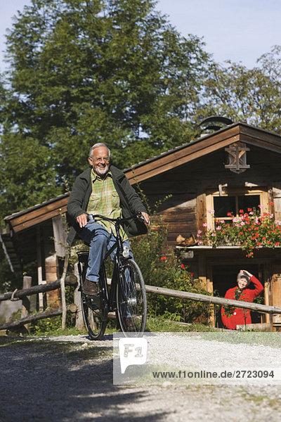 Österreich  Karwendel  Senior Man Biking
