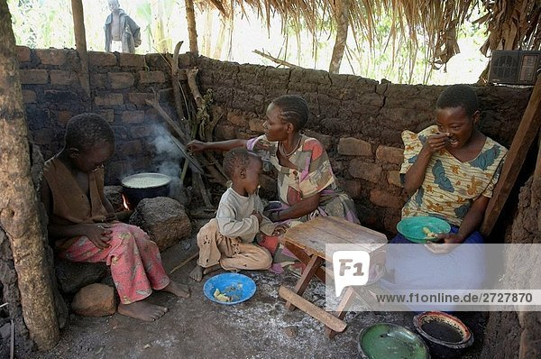 UGANDA In die Heimat der Kasifa Nabagereka  Kayunga Bezirk mit Kindern Madina Birungi 14  Sabani Nkabirwa 6 und Sulaiman Sanyu 3 in der Familie Küche  wo sie auf eine smokey Kochen  eröffnen das Feuer Zuhause von