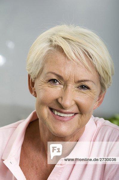 Alte Frau lächelt in die Kamera  fully_released Alte Frau lächelt in die Kamera, fully_released