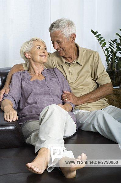 Altes Paar sitzt auf einem Sofa  fully_released